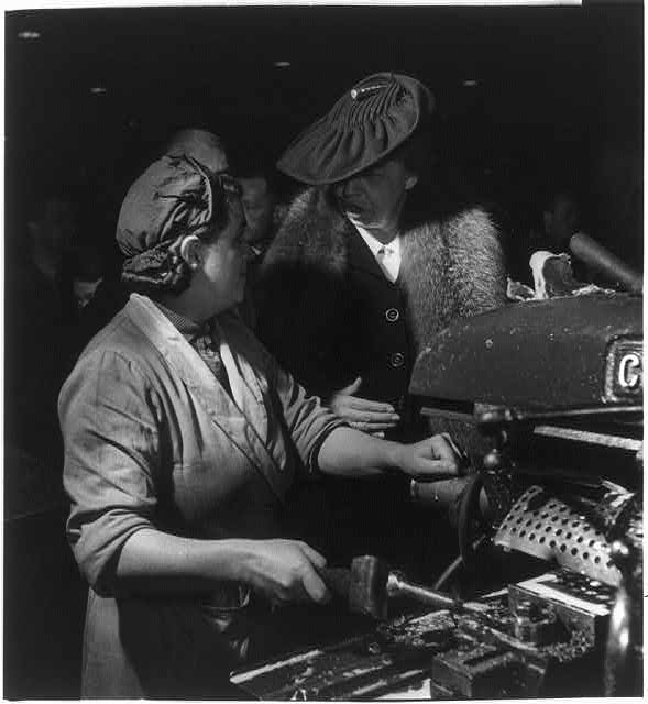 [Eleanor Roosevelt talking with woman machinist during her goodwill tour of Great Britain]
