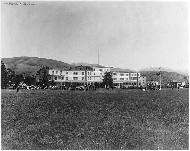 Yellowstone National Park: Mammoth Hotel with ball game in front