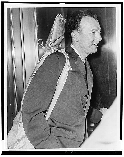 Pete Seeger arrives at Fed. Court with his guitar over his shoulder