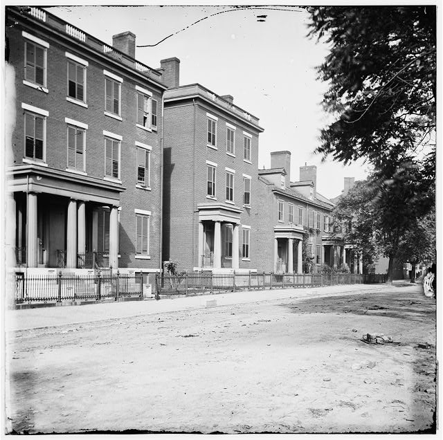 [Richmond, Va. Franklin Street, including the residence of Gen. Robert E. Lee (second from left)]