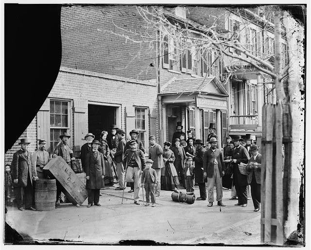 [Washington, D.C. Maimed soldiers and others before office of U.S. Christian Commission]