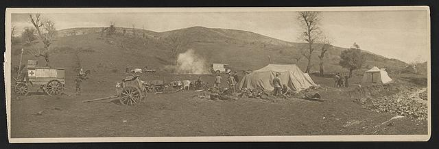 A Serbian field hospital on the Serbo-Bulgarian frontier, 1915 Hôpital de campagne Serbe à la frontière Serbo-Bulgare, 1915.