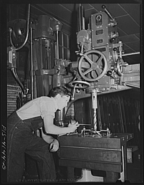 Knoxville, Tennessee (Tennessee Valley Authority (TVA)). Training for war work at Stair Vocational High School