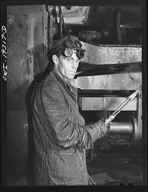 Topeka, Kansas. William Grace, machinist in the Atchison, Topeka and Santa Fe Railroad locomotive shops