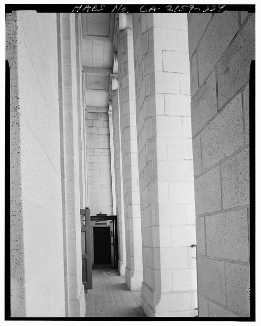 John Ash, AIA, Photographer August 1997. VIEW OF LOS ANGELES CITY HALL TWENTY-SEVENTH FLOOR EAST EXTERIOR GALLERY WALKWAY, FACING NORTH - Los Angeles City Hall, 200 North Spring Street, Los Angeles, Los Angeles County, CA
