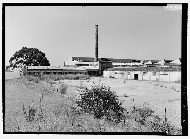 2.  VIEW TO SOUTHWEST SHOWING OIL HOUSE (LEFT), BOILER ROOM AND STACK (CENTER), ROOF OF CRANEWAY (BACKGROUND), AND CRATING SHED (RIGHT). - Rosie the Riveter National Historical Park, Ford Assembly Plant, 1400 Harbour Way South, Richmond, Contra Costa County, CA