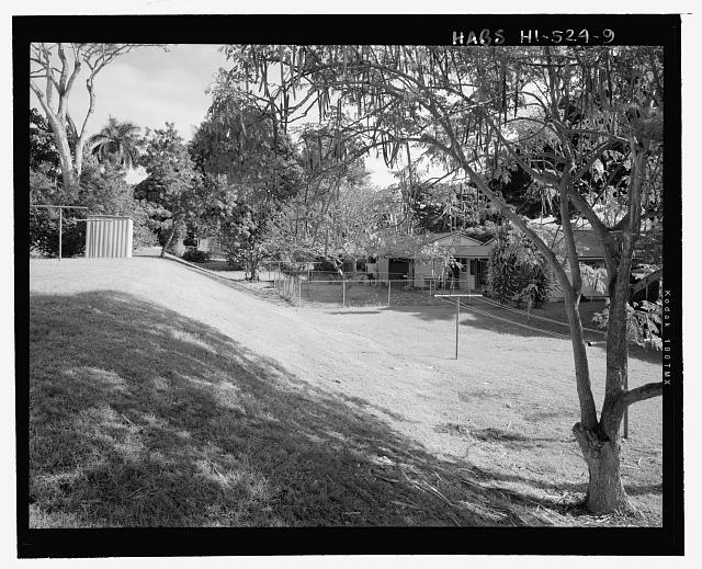 VIEW OF INTERIOR OF BLOCK AND BACK YARD TERRACING BEHIND FACILITY 624, SHOWING CLOTHESLINE.  VIEW FACING EAST - Camp H.M. Smith and Navy Public Works Center Manana Title VII (Capehart) Housing, Intersection of Acacia Road and Brich Circle, Pearl City, Honolulu County, HI