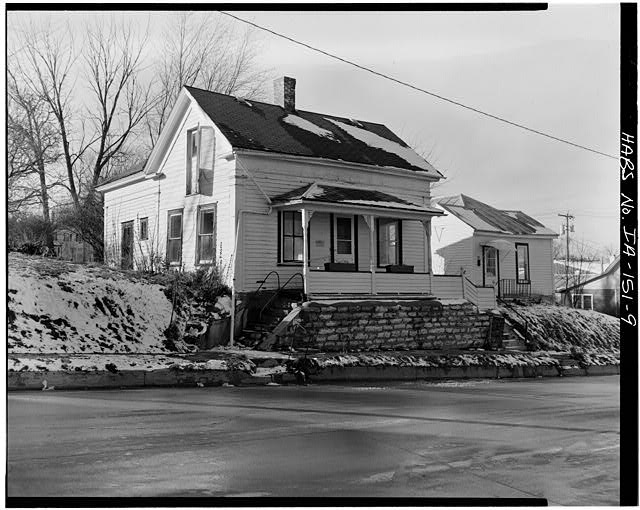 9.  SOUTHEAST CORNER, VIEW TO NORTHWEST - P. J. Almquist House, 16 Second Street Northwest, Waukon, Allamakee County, IA