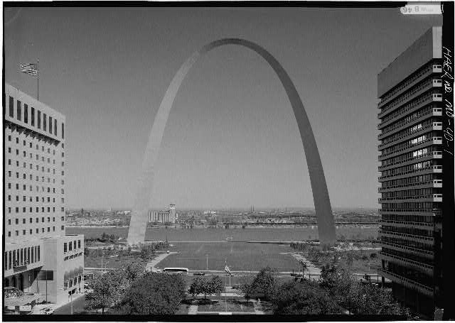 1.  GENERAL VIEW OF ARCH TAKEN FROM THE OLD ST. LOUIS COURTHOUSE, LOOKING EAST TO THE MISSISSIPPI RIVER - Jefferson National Expansion Memorial Arch, Mississippi River between Washington & Poplar Streets, Saint Louis, Independent City, MO