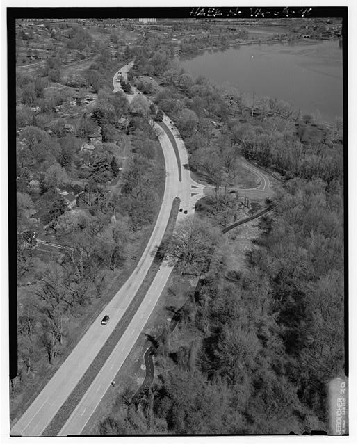 40.  AERIAL VIEW OF ENTRANCE TO BELLE HAVEN MARINA AND PICNIC AREA LOOKING NORTH. - George Washington Memorial Parkway, Along Potomac River from McLean to Mount Vernon, VA, Mount Vernon, Fairfax County, VA