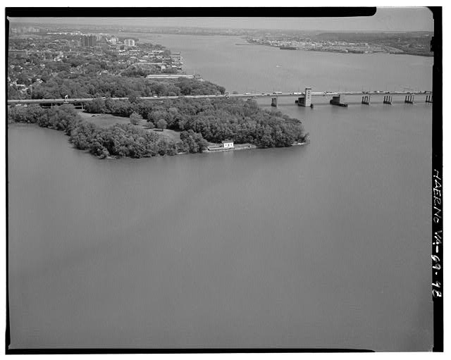 48.  AERIAL VIEW OF JONES POINT AND LIGHTHOUSE WITH WOODROW WILSON MEMORIAL BRIDGE LOOKING NORTH. - George Washington Memorial Parkway, Along Potomac River from McLean to Mount Vernon, VA, Mount Vernon, Fairfax County, VA