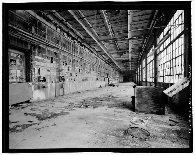 41.  INTERIOR, SERVICE BUILDING, CIRCA 1954 NORTH ADDITION, LOOKING WEST; ORIGINAL EXTERIOR NORTH WALL AT LEFT - Ford Motor Company Plant, 700 South Union Street, Alexandria, Independent City, VA