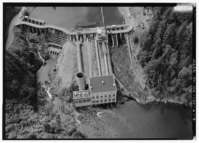 GENERAL CLOSE-UP AERIAL OF ELWHA DAM AND POWER- HOUSE LOOKING DOWN ON SURGE TANK, BIFURCATED PENSTOCK, SPILLWAYS, AND NORTH END OF RESERVOIR.  PHOTO BY JET LOWE, HAER, 1995. - Elwha River Hydroelectric System, Elwha Hydroelectric Dam & Plant, Port Angeles, Clallam County, WA