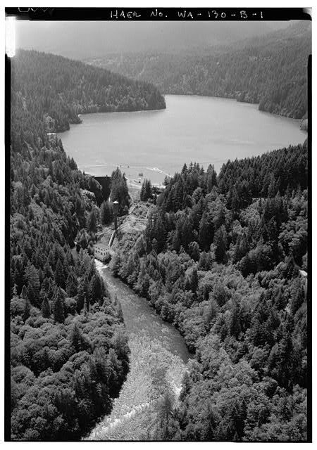 GENERAL AERIAL VIEW, LOOKING SOUTH, AT GLINES DAM AND POWERHOUSE, LAKE MILLS RESERVOIR, AND THE ELWHA RIVER.  PHOTO BY JET LOWE, HAER, 1995. - Elwha River Hydroelectric System, Glines Hydroelectric Dam & Plant, Port Angeles, Clallam County, WA