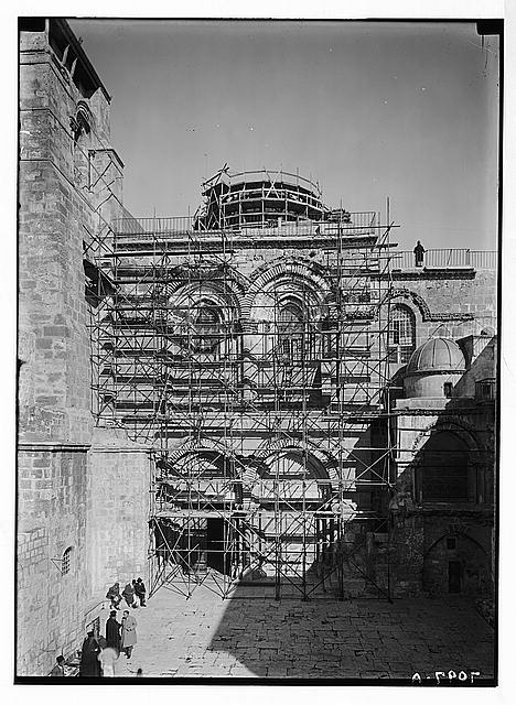 Church of the Holy Sepulchre. Façade. Forest of iron braces