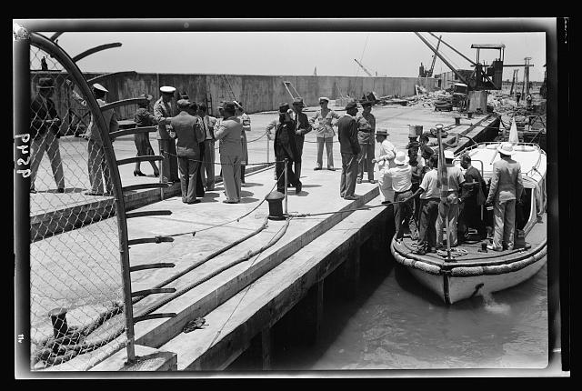 Tel-Aviv. Landing passengers in new harbour. Passengers arriving in port from Har Zion, Jewish Agency ship