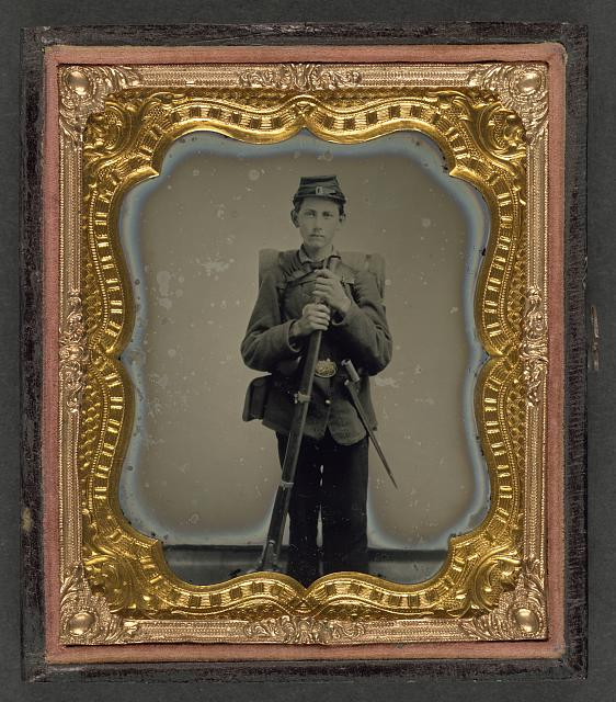 [Unidentified young soldier in Union uniform with musket, bayonet, and knapsack]
